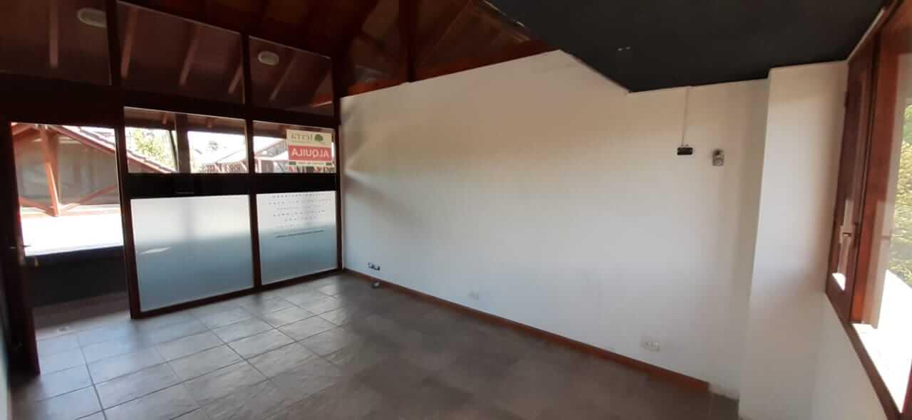 OFICINA EN ALQUILER – GALERÍA COMERCIAL LOS TRONCOS ( Excelente ubicación zona céntrica)